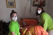 Dobrovolníci pomáhají v Domově Alzheimer v Mostě.