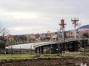 Řidiči museli úsek u muzea objíždět kvůli stavbě přemostění silnice Most - Mariánské Radčice, která má skončit v roce 2021.