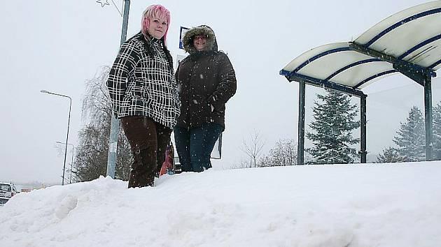 Ženy čekají v Litvínově na autobusové zastávce. Sníh mají pod kolena.