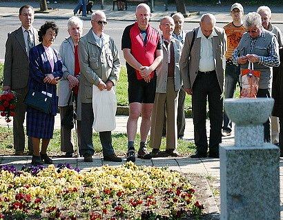 Shormáždění, kteří přišli zavzpomínat na zabité při Velké mostecké stávce.
