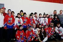 Mladí hokejisté jako vítězové turnaje v Quebecu. Zcela vlevo je hokejista Tomáš Plekanec a vpravo Tomáš Fleischmann.