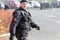 Stovky policistů v Janově o rozbily svůj tábor.
