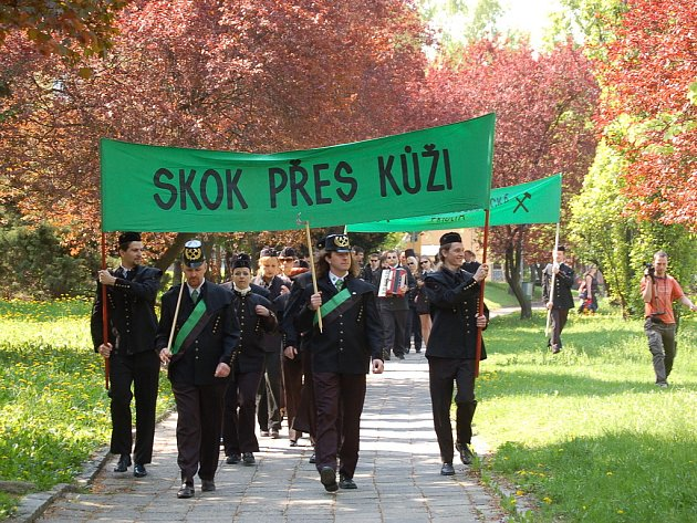 Hornický průvod se vydal od zaměstnaneckého centra Czech Coal Services ulicemi Mostu.