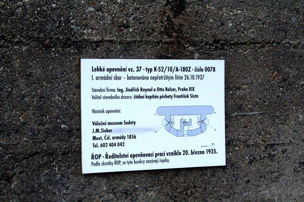 Bunkr u jezera Most, který je ve vlastnictví herce J. M. Siebera.