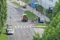 Cyklista spadl z kola přímo na křižovatce.