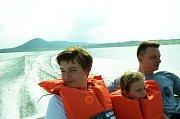 Jízda ve člunu na Jezeru Most.