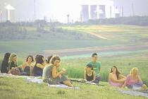 Skupina mladých Mostečanů tráví volný čas v bývalé šachtě, kde stával starý Most. Poblíž povede nová silnice.