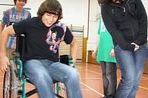 Mostečtí školáci si zkoušejí, jaké to je být na invalidním vozíku.