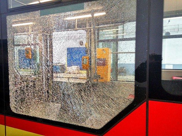 Na vůz projíždějící tramvajovou křižovatkou ubloku 100vMostě kdosi zaútočil kameny. Jeden znich rozbil okno vsalonu pro cestující. Pasažéři zažili šok.