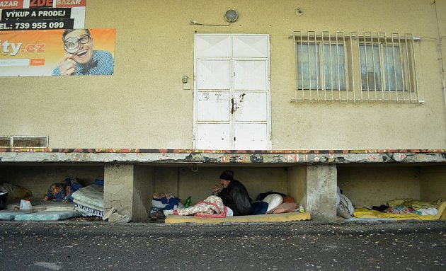 54letý bezdomovec Zbyněk žije sdalšími tuláky pod rampou mosteckého obchodního střediska Obzor.