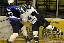 Mostečtí hokejisté (v modrém) získali v duelu s kladenskými Rytíři bod.