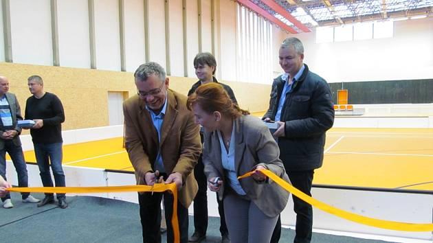 Pásku na znamení ukončení rekonstrukce přestřihli jednatel společnosti SPORTaS Miroslav Otcovský a starostka Litvínova Kamila Bláhová.