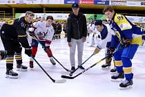 Martin Ručinský vhazuje slavnostní buly Sev.en Hockey Cupu v Litvínově.