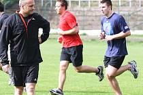 Kouč Robert Reichel dohlíží na běžecký trénink svých svěřenců.
