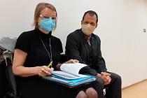 Právní zástupci žalovaných Pavel Uhl a Věra Nováková na chodbě Okresního soudu v Mostě ve čtvrtek 7. října. Soud řeší obsazení skrývkového rýpadla osmi demonstranty v uhelném dole Vršany u Mostu v říjnu 2019.