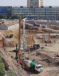 Pohled na stavbu obchodního centra, které roste ve středu města.