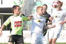 Mostecký Lukáš Schut (v bílém) ve fotbalovém duelu s Čáslaví. V Sokolově se jeho týmu dnes ale nedařilo.