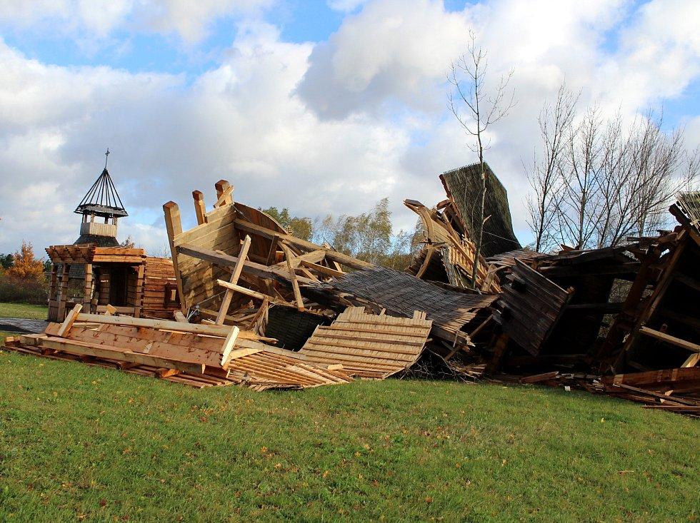 Silný nápor větru nevydržel pravoslavný kostel v Mostě, který byl ráno v troskách. Naštěstí se v době zřícení v areálu kostela nikdo nenacházel, takže nedošlo ke zraněním.