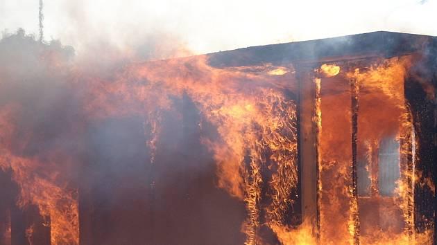 Hořící buňka u mosteckého nádraží.