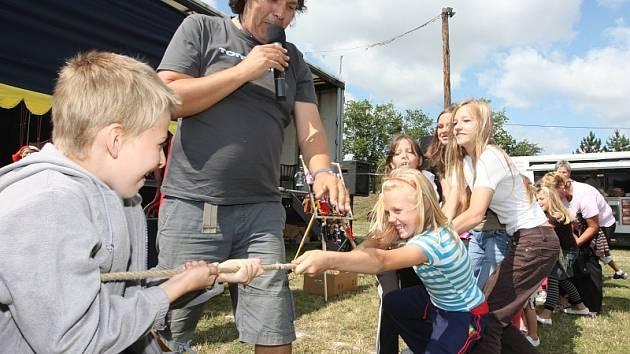 Děti se přetahují při jedné ze soutěží na slavnostech v Poleradech.