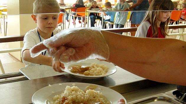 Školáci obědvají v modernizované jídelně 4. ZŠ v Mostě, její součástí je umývárna s teplou vodou.