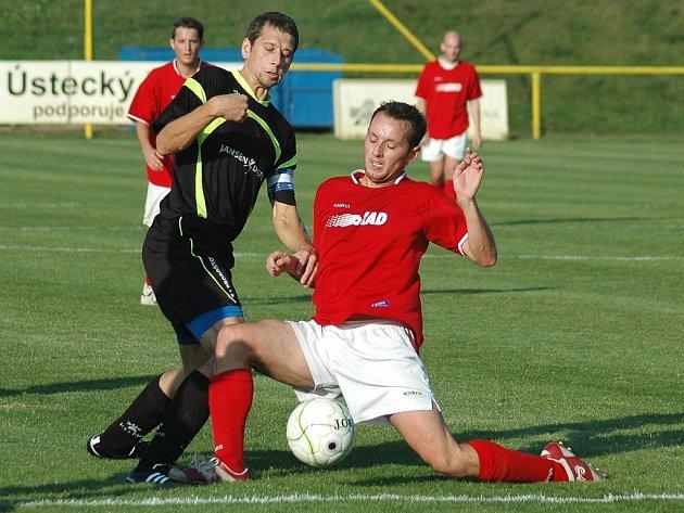 Soušští fotbalisté (červené dresy) pomýšleli na tři body a také k nim směřovali. Zápas ovšem ztratili a mají jen bod.