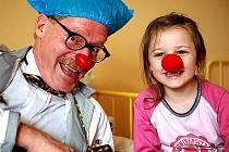 Američan Gary Edwards, který založil Zdravotní klauny v ČR, léčí smíchem.