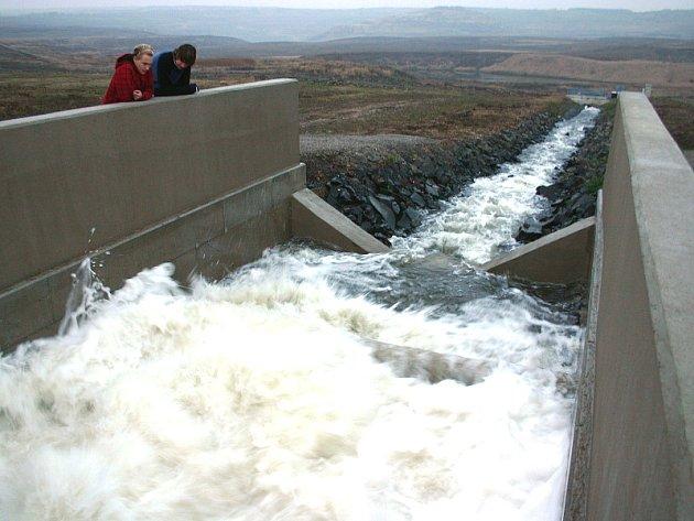 Tady ústí potrubí s vodou z Ohře na povrch.