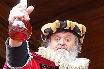 """Karel Králík, jediný Mostečan, který se loni na hradě Hněvín zúčastnil soutěže o nejlepší kostým alchymisty Kelleyho, ukazuje svůj elixír mládí: """"vyrobil"""" ho z rumu."""