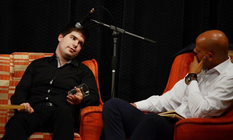 Mostecký houslista Milan Al-Ashhab (vlevo) při besedě