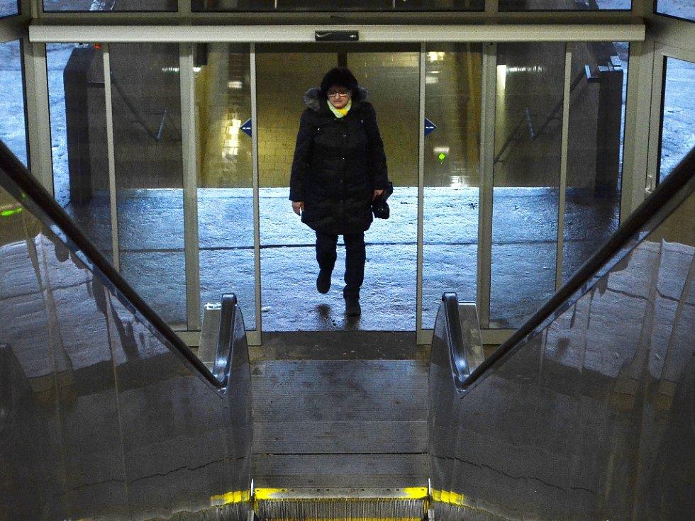Nové dveře na nádraží v Mostě.