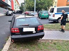 Špatně zajištěné vozidlo samovolně vyjelo z parkovacího místa
