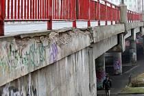 Motoristé jezdí v centru Litvínova na Mostecku po přemostění, které je v katastrofálním stavu. Z pilířů odpadávají kusy betonu.
