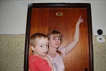 Obyvatelka domu ukazuje ještě na staré dveře, kde byly několikacentimetrové mezery mezi dveřmi a futry.