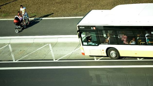 Autobus přijíždí na novou zastávku v ulici Topolová v Mostě.