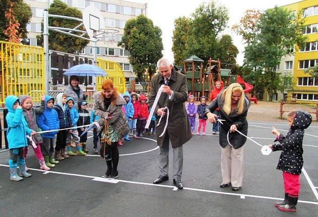 Tradičního přestřižení pásky se ujali (zleva) starostka Kamila Bláhová a místostarostové Milan Šťovíček a Erika Sedláčková.