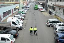 Asistenti městské policie procházejí ulicí Ve Dvoře za Rozkvětem.