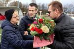 Manželka Josefa Nováka, kterému soušští fotbalisté zápas s Hostouní věnovali. Josef Novák nedávno zemřel.