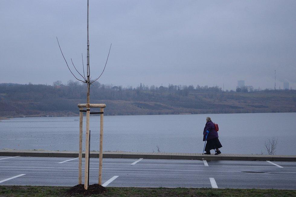 U jezera Most vznikla první autobusová zastávka.
