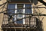 Pes zavřený na balkoně