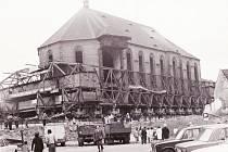 Přesun kostela v Mostě v roce 1975.