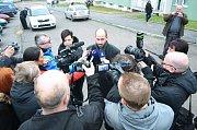 Bourání prvního ze dvou poškozených paneláků v Chánově, čtvrtek 24. listopadu. Primátor Jan Paparerga a novináři.