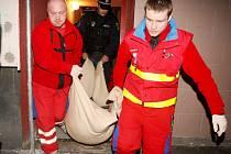 Záchrana opilého muže v Litvínově. Zdravotníci a strážníci to s nimi mají těžké.