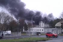 Požár v průmyslové zóně u děkanského kostela v Mostě.