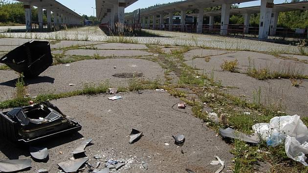 Zničené autobusové nádraží v Mostě.