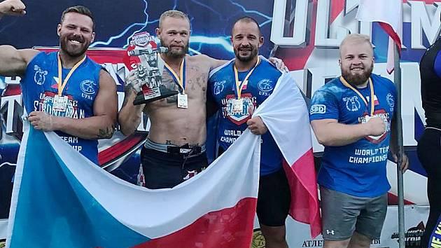 Stříbrný český tým. Mostecký Petr Pastýřík je druhý zprava.