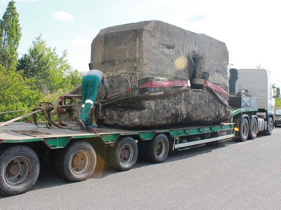 Stěhování vojenského bunkru.