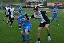 Herec a sportovec Jakub Štáfek (vpravo) už si v Mostě fotbal zahrál.