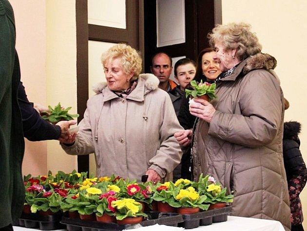 V Havrani loni ženy dostaly květinu při společné oslavě MDŽ, letos pro ně obec pořádá zábavu v pátek 16. března.