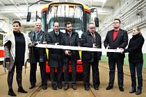 Zástupci města, dopravního podniku a dodavatele u nové tramvaje pro mosteckou linku číslo 2.
